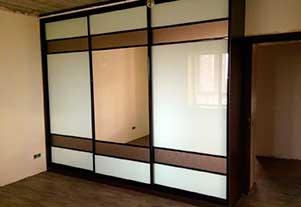 Корпусный шкаф-купе с 3 дверями, отделанными ЛДСП и стеклянными вставками от фирмы Абсолют, Омск.