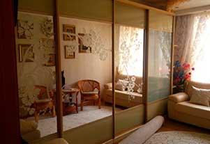 Корпусный шкаф-купе с зеркальными дверями и пескоструйным рисунком от фирмы Абсолют, Омск.